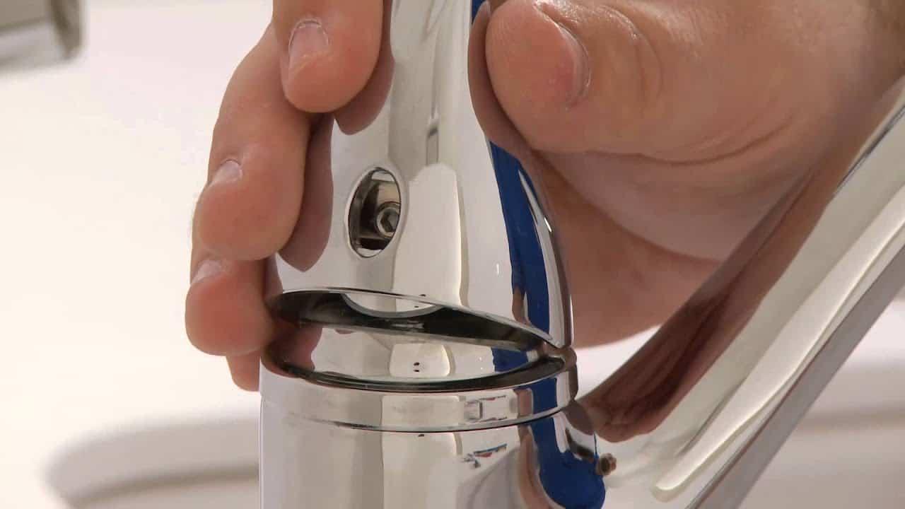 Tay cầm vòi nước bồn rửa chén bị rò rỉ