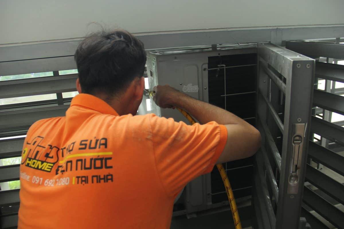 Thợ đang kiểm tra cục nóng máy lạnh